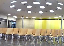 Bestuhlung_Stapelstuehle_Einrichtung Saalbestuhlung