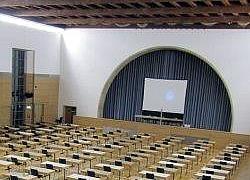 Stuehle und Klapptische Einrichtung Konferenzraum Konferenzsaal