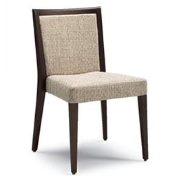 Holzstuhl mit Gestell aus dunkel gebeiztem Holz. Sitzfläche und Rückenlehne gepolstert mit robustem Textilmaterial