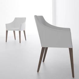 Weißer Polstersessel mit Holzgestell in modernem puristischem Design