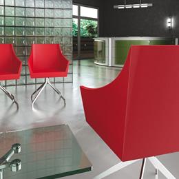 Stuhl mit Metallbeinen und roter Sitzschale