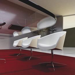 Stuhl mit Metallgestell und weißer Rundumpolsterung