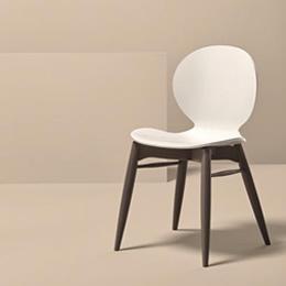 Stuhl mit Holzgestell und weißer geschwungener Sitzschale