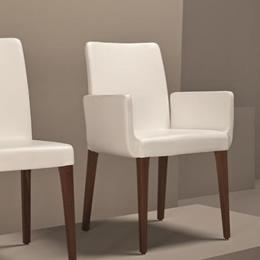 Stuhl mit Holzgestell und weißer Polsterung und bequemen Armlehnen