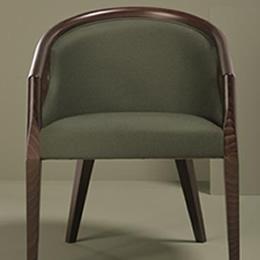 Holzstuhl mit dunklem Holzgestell, Rückenlehne und Armlehne. Gepolstert mit dunkelgrünem Textilbezug