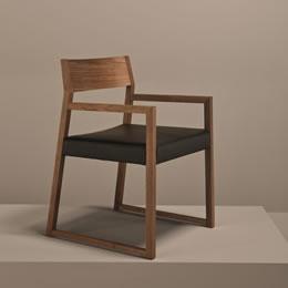 Holzstuhl in kantiger Optik Rückenlehne und Armlehne aus holz - Sitzfläche gepolstert